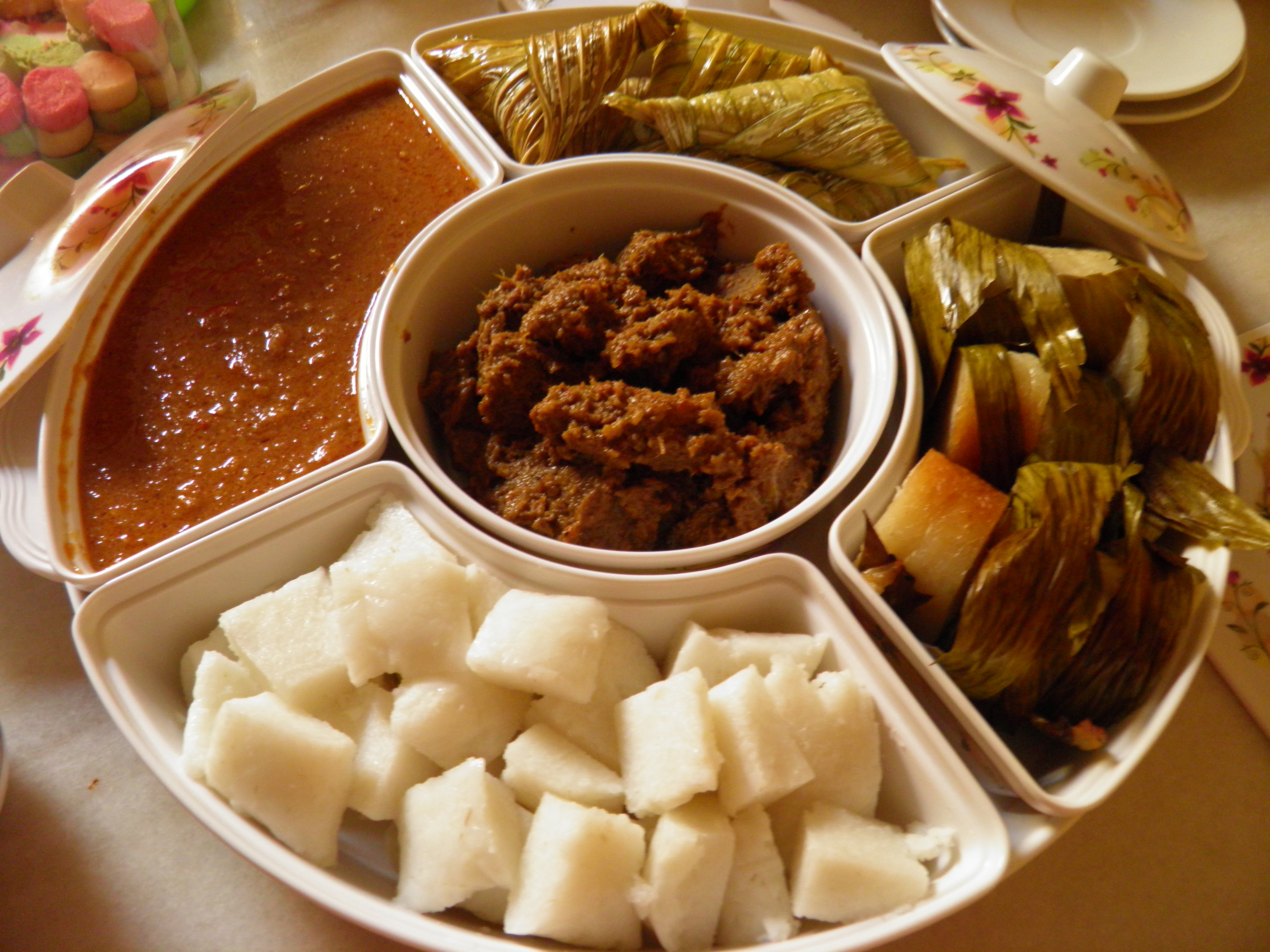 my favourite food in hari raya When celebrating ramadan in malaysia and singapore, millions of malay muslims spend the daylight hours avoiding food it makes sense that the food awaiting them at iftar (the end-of-day breaking of the fast) should be good, hearty, traditional malay food that warms the soul and rewards the assiduous.